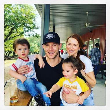 Дженсен Эклз с сыном и дочерью.