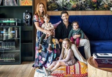 Дженсен Эклз с детьми и женой.